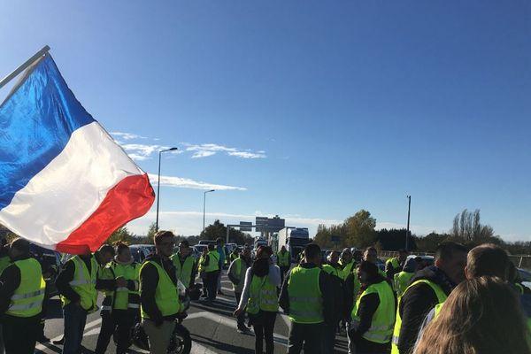 200 à 300 manifestants rassemblés au péage de Virsac sur l'A10, ce dimanche matin.
