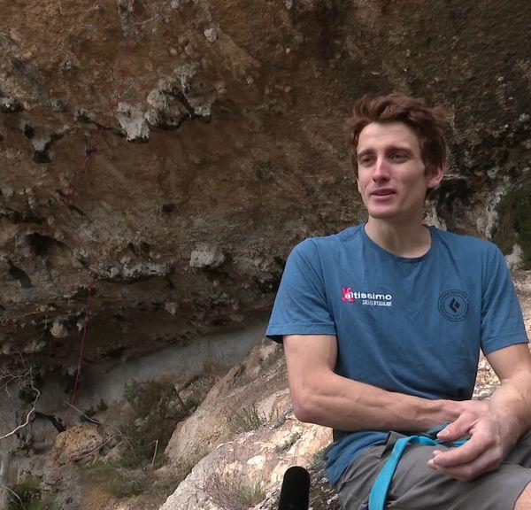 Sébastien Bouin, grimpeur professionnel a vaincu une voie d'escalade cotée 9b sur la face nord du Pic Saint-Loup, l'une des voies les plus difficile au monde.