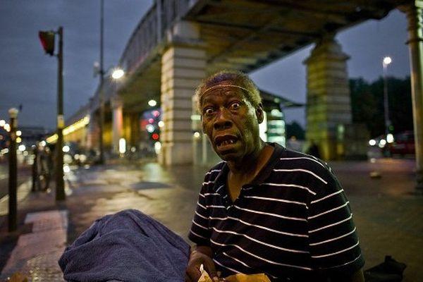 """03/06/2012 - France / Ile-de-France / Paris - Je me suis arrêté a nouveau ce soir auprès de Franck qui vit sur une grille d'aération de métro. Station Quai de la Gare, a deux pas du Ministère des finances de Bercy. Nous avons aborde le sujet de Dieu, et il m'a dit en me regardant: """"Sur la Croix c'était une Boucherie"""".  Ce que je crois ce soir et à force de fréquenter, de rencontrer des sans-abri; c'est que la folie est sans doute pour certains, un moyen de survivre lorsque l'on est a la rue. Et que la rue amplifie les pathologies."""