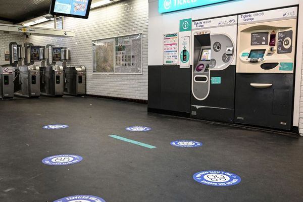 Des indications pour faire respecter les distanciations physiques à la station Château de Vincennes. Photo prise le 4 mai 2020