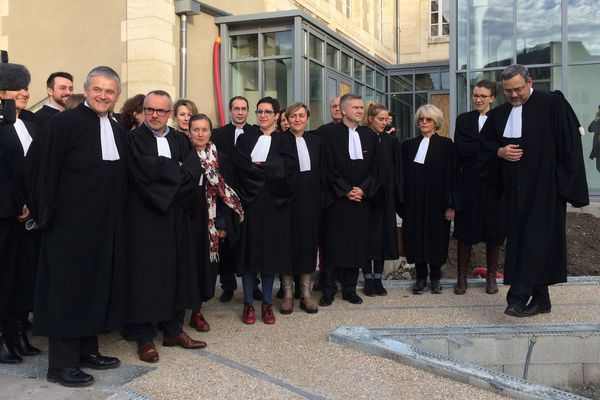 Ce mercredi 24 janvier 2018, le bâtonnier de Montluçon et plusieurs avocats se sont rassemblés devant le Tribunal de Grande Instance de la ville suite à l'audience de rentrée pour protester contre la réforme de la carte judiciaire telle qu'envisagée.