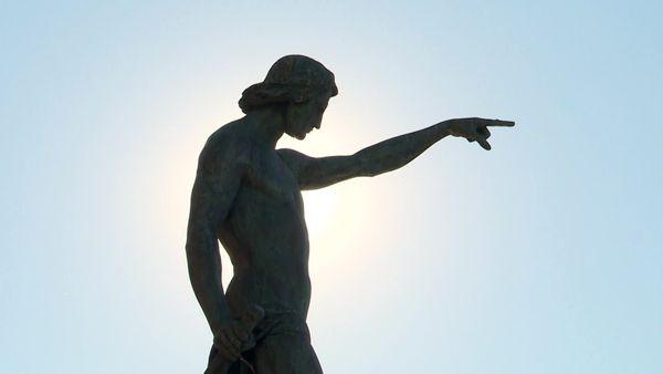 La statue de Cuverville a été érigée en hommage aux grands navigateurs de l'histoire. Elle est inaugurée sur le carré du port le 1er mai 1847