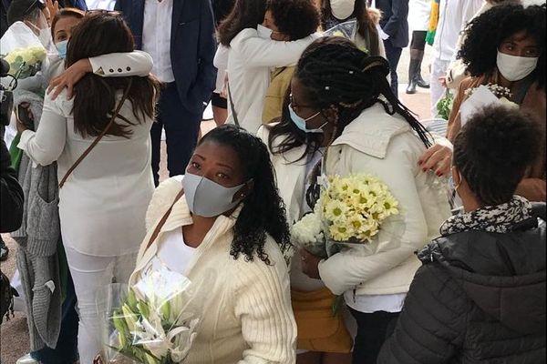 Les participants de la marche blanche en hommage à Simone Barreto Silva.