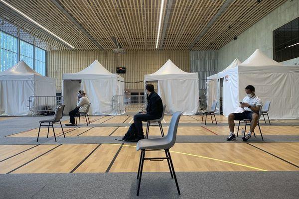 Des patients attendent dans ce centre de vaccination de Romainville en Seine-Saint-Denis.