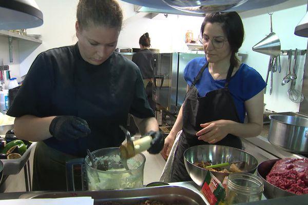 Les restaurateurs confient leurs fourneaux à des cuisiniers réfugiés.