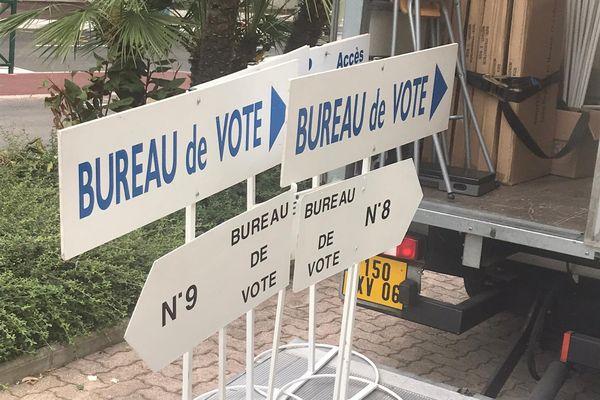 Les élections régionales et départementales le même jour obligent les communes a dédoubler tous les bureaux de votes. Ici à Menton, ce samedi est jour de mise en place.