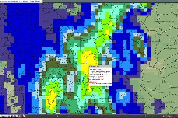 L'image des échos-radars de Météo France montre qu'à 20 heures les précipitations sur la ville de Reims étaient encore de 20 mm par mètre carré.