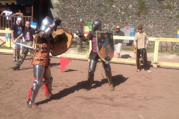 Au château de Murol, une centaine de combattants se sont affrontés à l'épée et à la hache. Rassurez-vous : aucune victime n'est à déplorer.