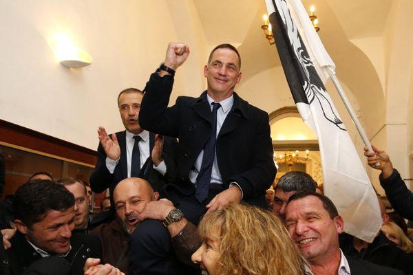 10/12/2017 - Gilles Simeoni, tête de liste de la coalition nationaliste et Jean-Guy Talamoni célèbrent leur victoire aux élections territoriales
