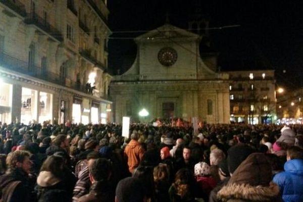Place Félix Poulat noire de monde à Grenoble