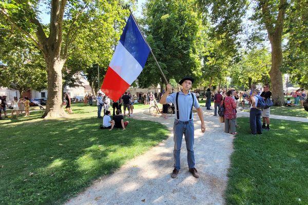 Tom étudiant en droit manifeste pour la liberté à Troyes.