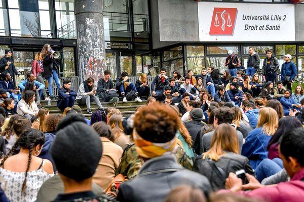 Assemblée d'étudiants de Lille 2 devant la fac, le 11 avril 2018.