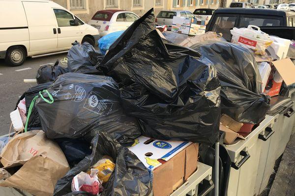 Les poubelles s'amoncellent dans les rues depuis la blocage des deux centre d'enfouissement de Corse.