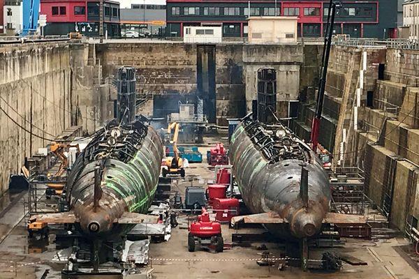 Les deux coques des sous-marins en cale sèche au port de Brest, le 05 03 2021