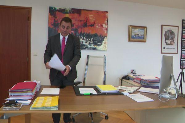 Romain Bail dans son bureau de maire à Ouistreham