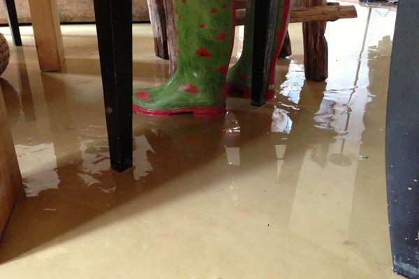 Après l'eau, la boue dans les maisons