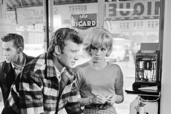 """Johnny Halliday et Sylvie Vartan lors du tournage de """"D'ou viens-tu Johnny?"""" en 1963."""