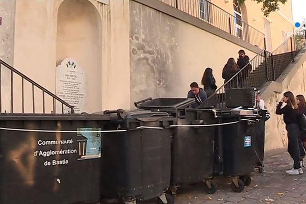 """03/12/2018 - L'accès au lycée Jean Nicoli a été entravé lundi matin par des lycéens en soutien au mouvement des """"gilets jaunes"""""""