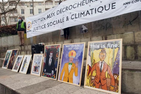 La Cour de Cassation de Paris va trancher sur l'affaire des décrocheurs du président Emmanuel Macron, pour savoir s'il s'agit d'une liberté d'expression, ou d'un vol en réunion.