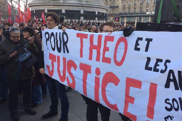Plusieurs centaines de personnes rassemblées place de la République, à Paris, en soutien à Théo, le 18 février 2017.