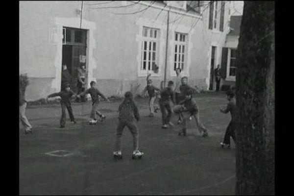 Les élèves de l'école de Courbouzon dans le Loir-et-Cher font du patins à roulettes (février 1976)