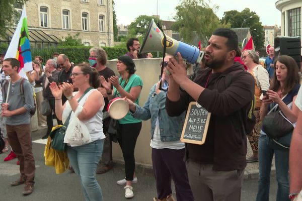 La manifestation de soutien aux 3 professeurs de Melle a rassemblé une centaine de personnes devant le rectorat de Poitiers ce jeudi 16 juillet.
