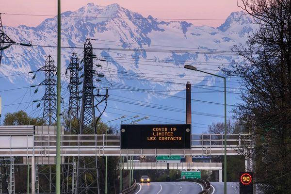 Outre la métropole de Lyon, les stations de ski ont été désertées : la Savoie a connu une baisse de 38 % à 43 % de population après le début du confinement.