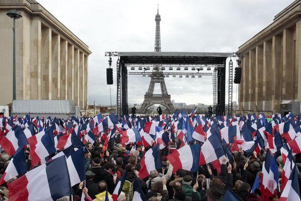 Juste avant le discours, des milliers de drapeaux tricolores avaient déjà été distribués et brandis par les militants. Les autres drapeaux et pancartes étaient interdits.