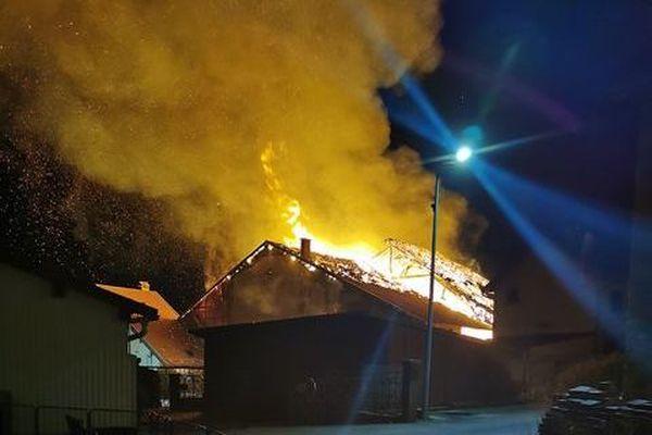 Les flammes ont emporté une maison et un corps de ferme.