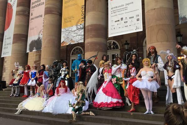 Les 23 participants au concours de cosplay ont pris la pose devant l'opéra du Rhin, juste après la remise des prix.