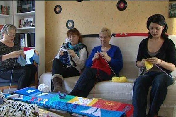 Géraldine et ses tricoteuses à l'ouvrage.