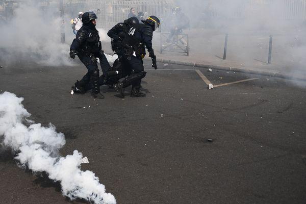 Un représentant des forces de l'ordre évacué en marge de la manifestation du 1er mai 2019 à Paris.  Des heurts avaient éclaté entre manifestants et CRS.