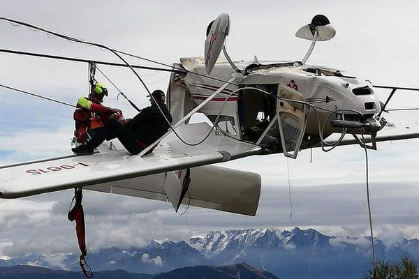 Un petit avion de tourisme s'est empêtré dans une remontée mécanique dans le Nord de l'Italie.