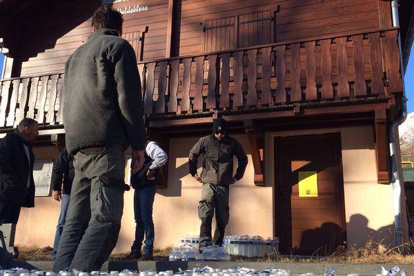 Les employés de la commune préparent la distribution de bouteilles d'eau.a