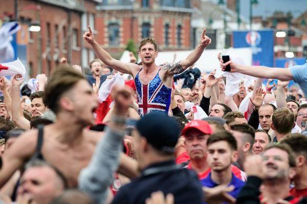 La joie des supporters anglais jeudi dans la Fan Zone de Lens, après la victoire de leur équipe nationale face au Pays de Galles.