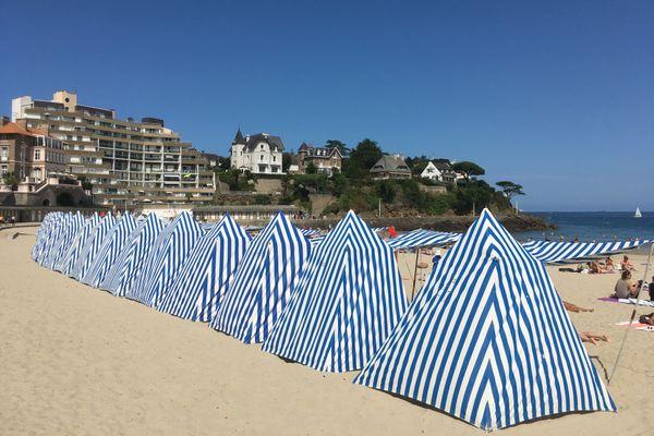 Jolies tentes de bain, bien alignées sur la Plage de l'Écluse - Dinard (Ille-et-Vilaine)