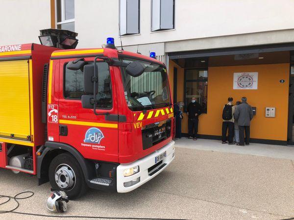 Une équipe de pompiers est actuellement sur les lieux pour déterminer l'origine de l'incendie
