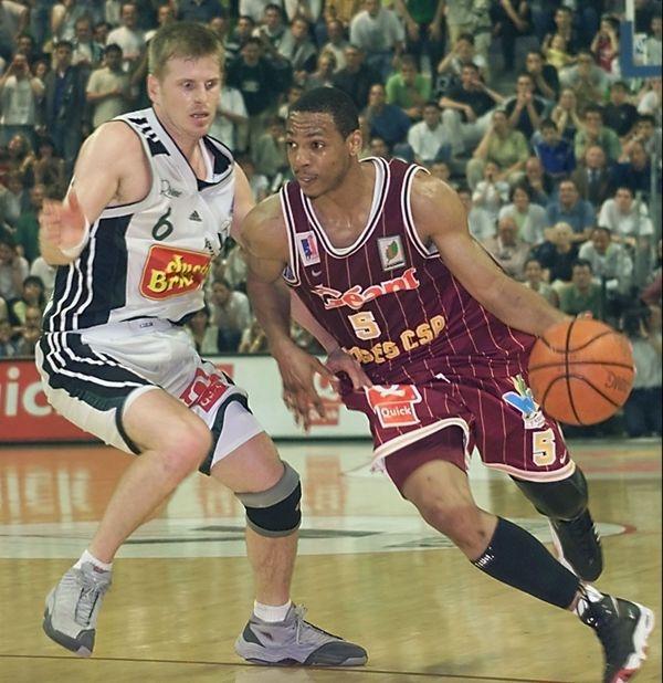 Marcus Brown, ici en finale du Championnat le 27 mai 2000 à Villeurbanne, et dont l'arrivée au club en novembre 1999 va transfigurer la saison sportive du CSP.