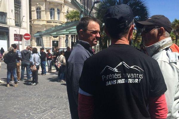 Des opposants à la réintroduction des ours dans les Pyrénées se sont réunis ce 6 mai devant la préfecture à Pau.