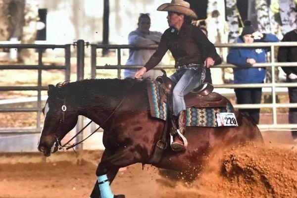 En Novembre 2018 Floriane de Bermond a représenté la Corse ainsi que la Ferme équestre Le Ranch en participant aux finales NRHA 2018 à Paris avec son cheval Zag Candy Step.