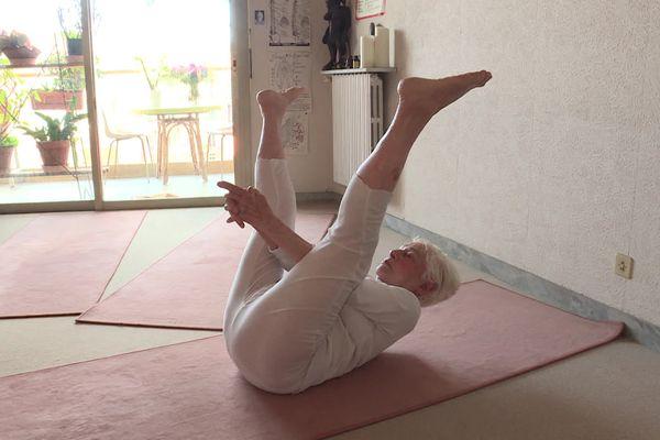 Jacquie Bouisset, professeure de yoga à Nice dans les Alpes-Maritimes. Mais cette professeure de yoga est extraordinaire : elle a bientôt 100 ans.