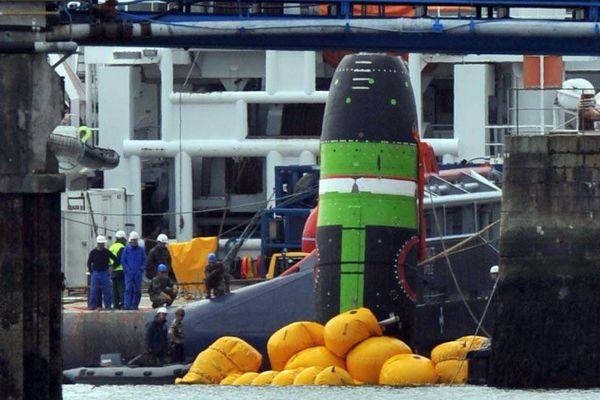 """La """"maquette"""" du missile M51 perdue par le sous-marin Le Terrible au large de Penmarch, le 18 avril 2009. Le faux engin a été très lentement extrait de l'eau puis déposé sur un quai. La Marine ne commente pas les opérations."""