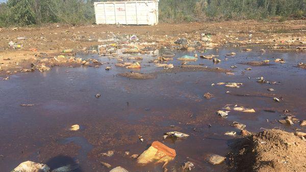 Les sacs d'ordures ont été disséminées à même le sol, rendu boueux par les pluies.