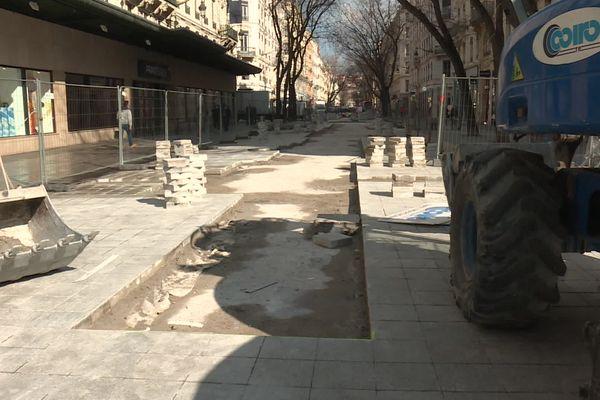 Mars 2021, la rue de la République encore en chantier. Deux ans après la pose de dalles de pierre, il faut recommencer ....