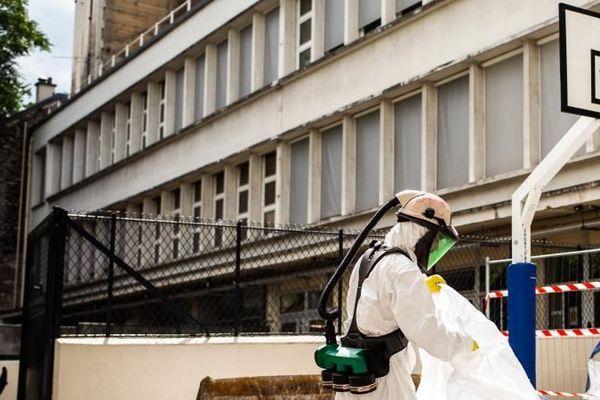 Un ouvrier décontamine l'école Saint-Benoît, dans le 6e arrondissement de Paris, près de Notre-Dame, le 8 août 2019.