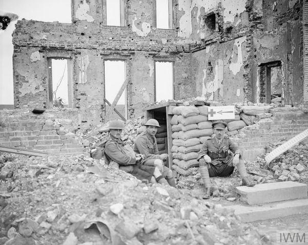 Des soldats britanniques dans les ruines d'une maison d'Ecoust-Saint-Mein le 17 juillet 1917.