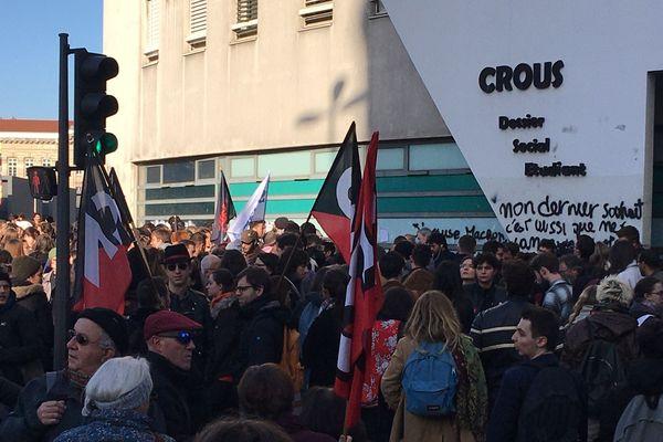 Emotion et rassemblement devant le CROUS après l'immolation d'un étudiant originaire de Saint-Etienne - 12/11/19)