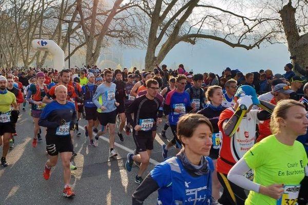 Les concurrents du Marathon du lac d'Annecy, dimanche 14 avril.