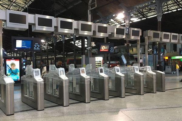 Les portiques de la gare Saint-Lazare avant leur mise en service