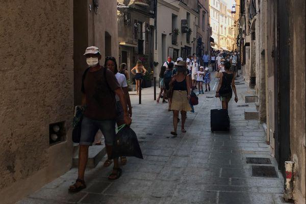 Depuis mercredi 5 août, le port du masque est obligatoire dans certaines rues de Bonifacio.